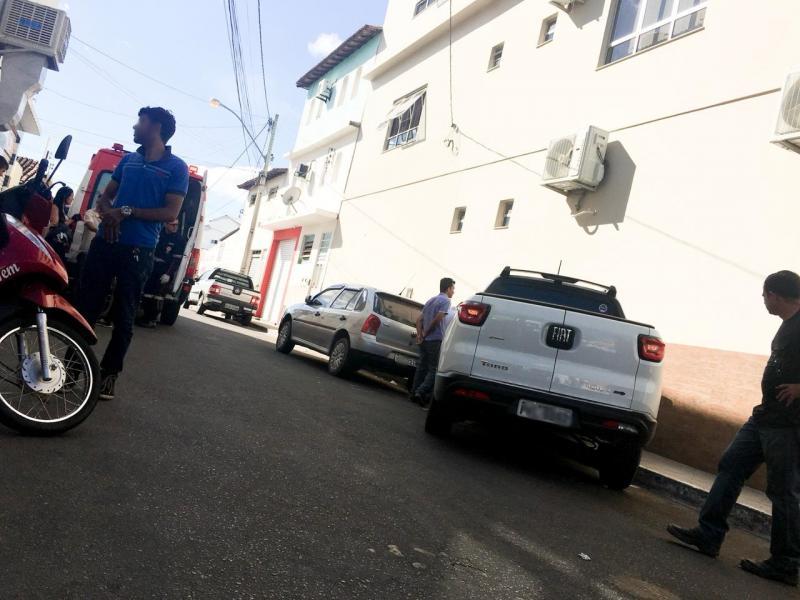 Motorista perde o controle de veículo e bate em lateral de loja no centro de Brumado