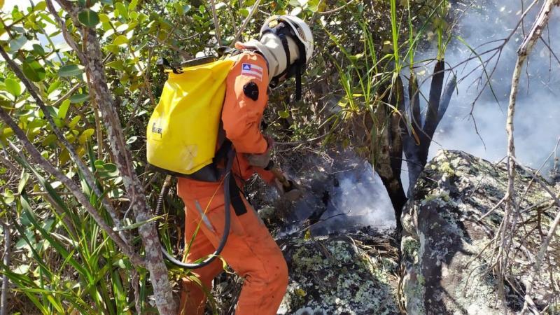 Rio de Contas: Corpo de Bombeiros e voluntários atuam em incêndio no morro do Bittencourt