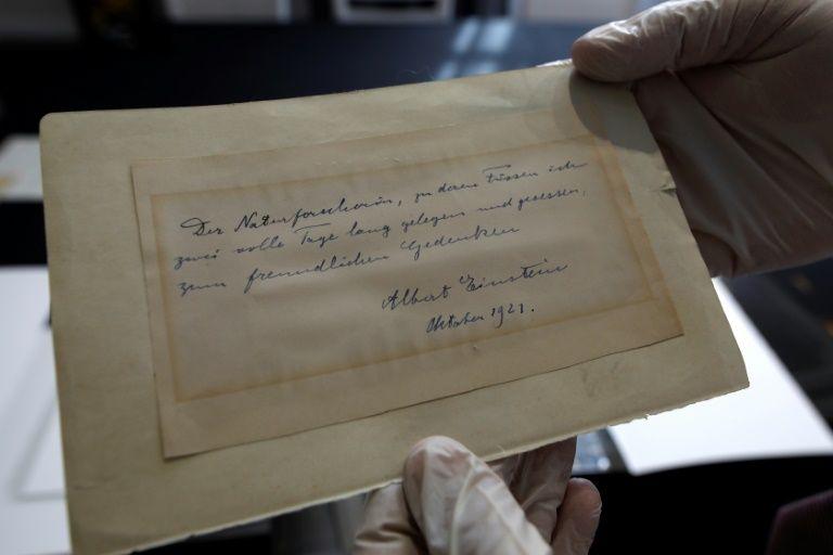 Carta de Einstein é leiloada por mais de 100 mil dólares em Jerusalém