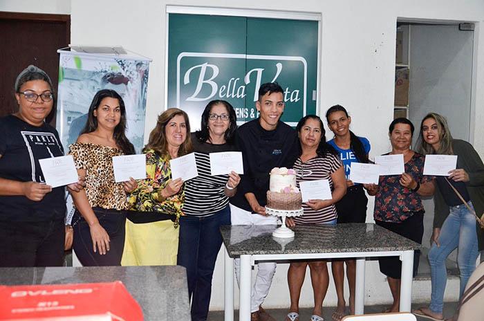 Brumado: Técnicas de confecções de bolos florais foram aplicadas pelo conceituado Júnior Miranda Cake, na Bella Vista