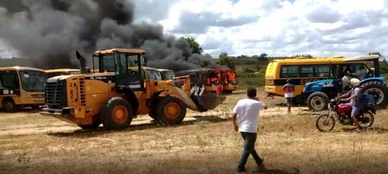 Presidente Jânio Quadros: Ônibus do Programa Caminho da Escola ficam destruídos após incêndio