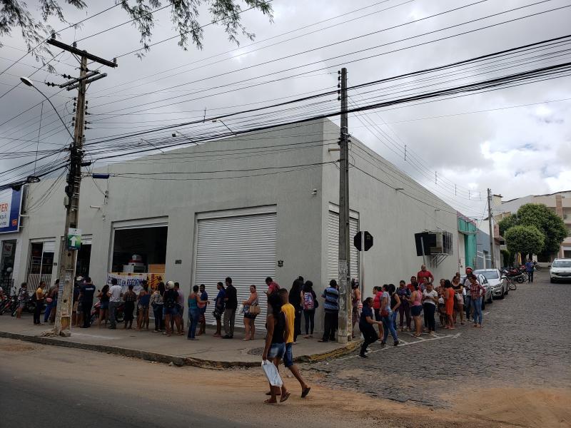 Enorme fila se forma em frente a única distribuidora em Brumado onde ainda se encontra álcool gel
