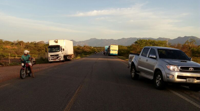 Três veículos se envolvem em acidente por causa de animal na pista na rodovia entre Brumado e Livramento