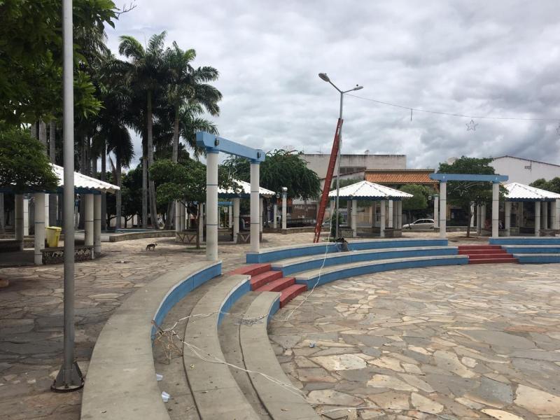 Brumado: Praça da Prefeitura começa a receber decoração de Natal