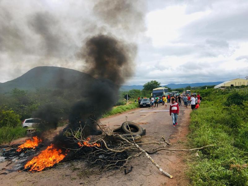 Pela reconstrução: Manifestantes bloqueiam trecho da Ba-142, em Ituaçu em frente a Itaguarana