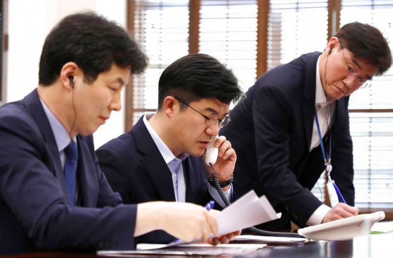Coreias abrem telefone vermelho para facilitar comunicação entre seus líderes
