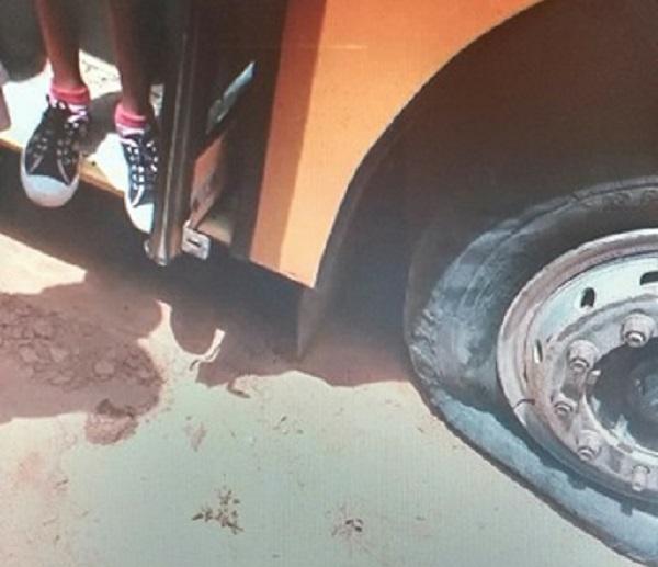 Pneu de ônibus escolar de Rio do Antônio estoura em segundo dia letivo; pais solicitam mais manutenção