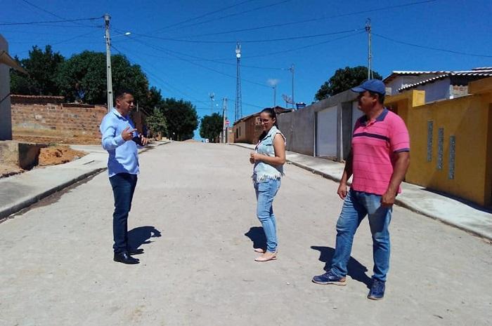 Gil Rocha visita obra de pavimentação e novas calçadas em Guajeru