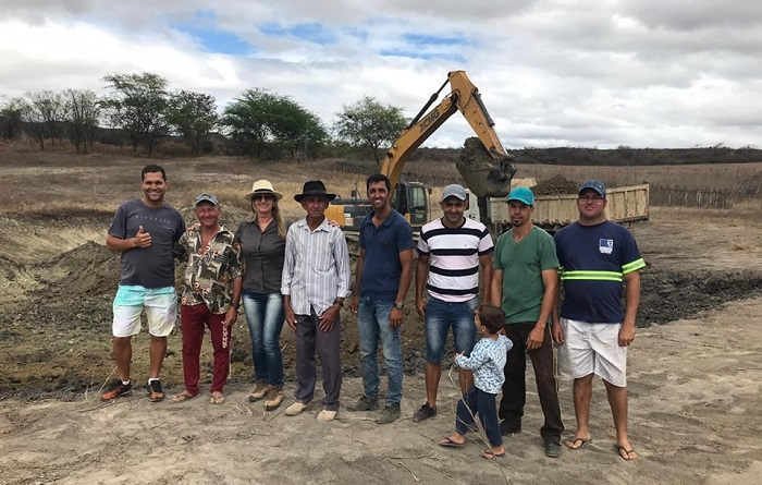 Prefeita de Malhada de Pedras acompanha serviços de limpeza e ampliação de tanque na comunidade Caatinga Grande