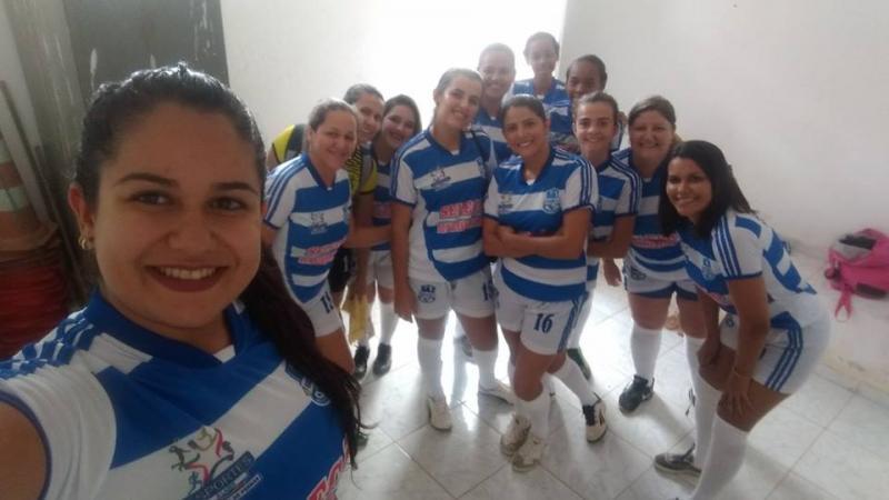Prefeitura de Malhada de Pedras fornece novos uniformes para a equipe feminina de futebol