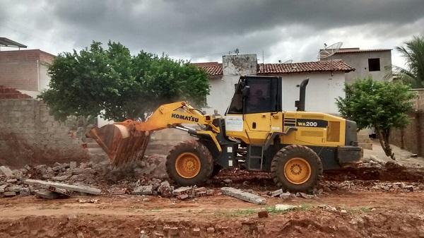 Prefeitura de Brumado derruba muro no Bairro São José construído em área pública