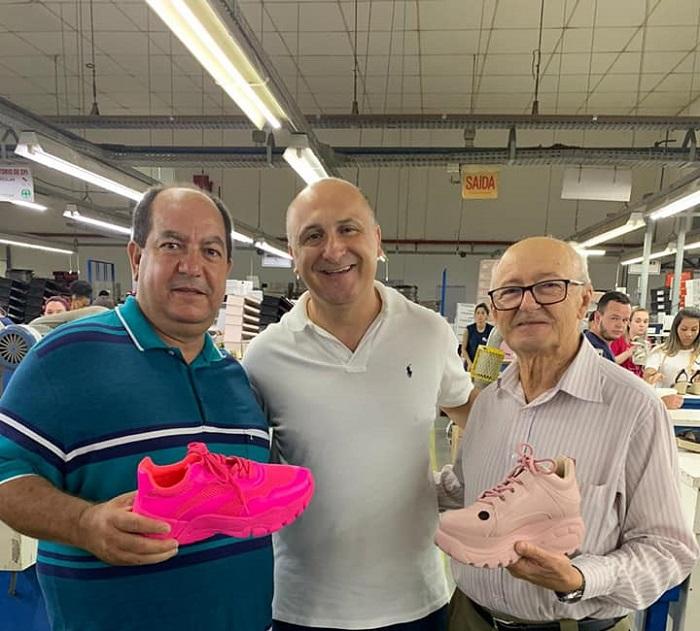 Ex-prefeito de Ituaçu e prefeito de Tanhaçu buscam viabilizar fábrica de calçados para ambos os municípios