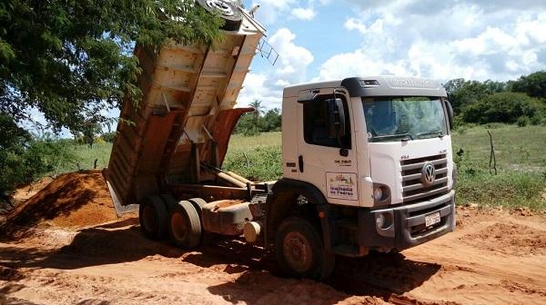 Prefeita de Malhada de Pedras atende anseio da população e realiza melhorias em estradas do município