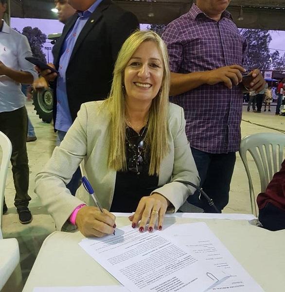 Malhada de Pedras: Prefeita assina contrato do Plano Safra em Salvador e participa de entrega de Motoniveladora