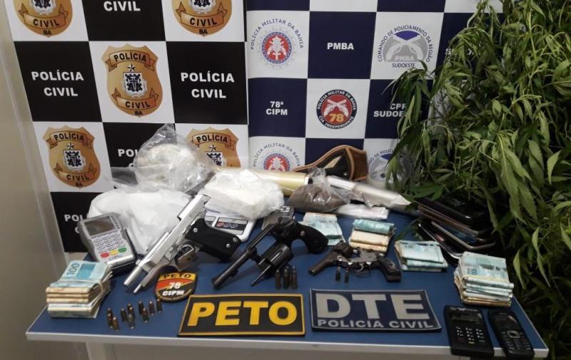 Operação desarticula quadrilha e apreende armas e drogas em Vitória da Conquista