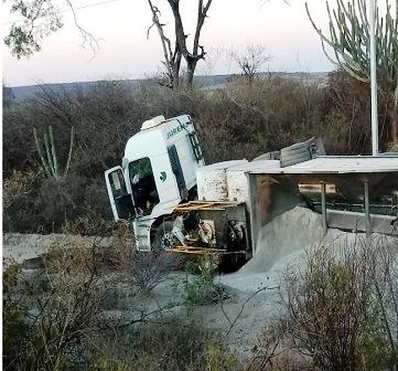 Acidente envolvendo carro de passeio e carreta é registrado na BA-262 entre Brumado e Aracatu