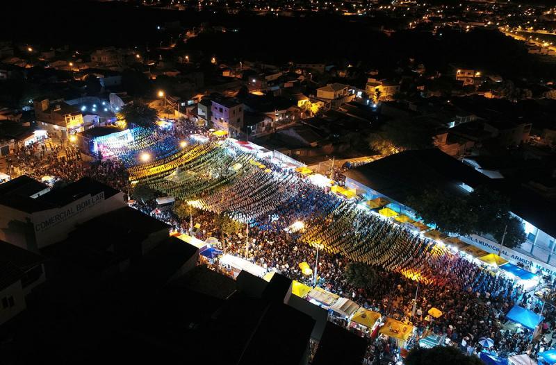 Grande público na segunda noite do São Pedro do Bairro Olhos D'água em Brumado; veja o vídeo da cobertura completa
