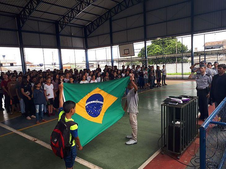 MEC manda email para escolas pedindo que cantem o hino e leiam slogan da campanha