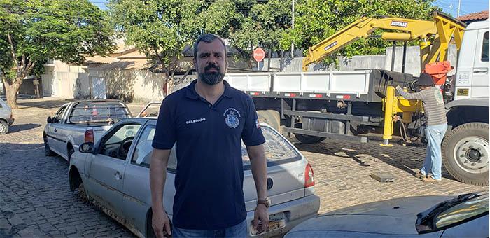 Veículos apreendidos que ocupavam ruas e pátio da delegacia de Brumado são removidos para Conquista