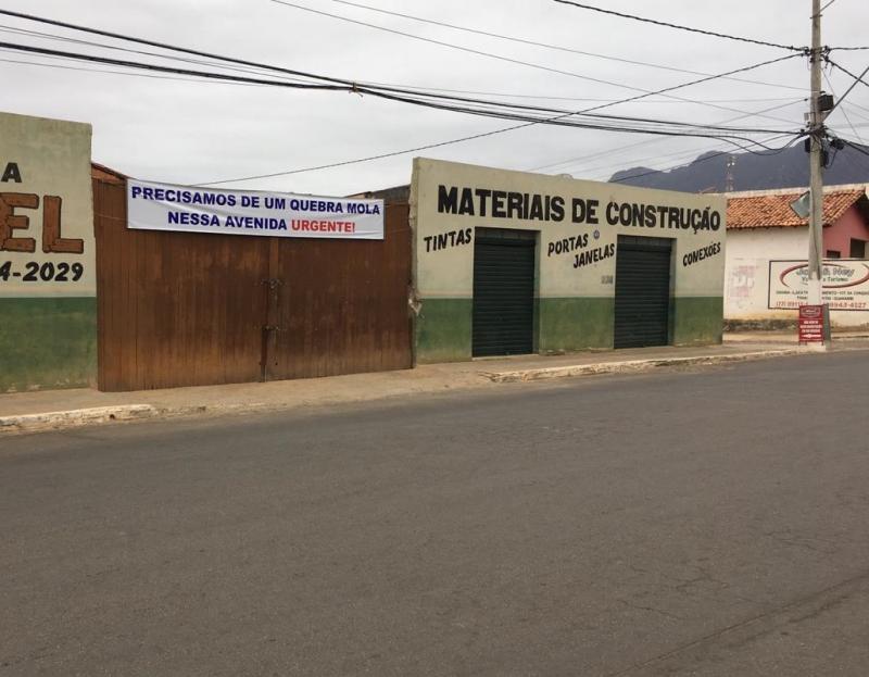 Empresário instala faixa em frente a comercio pedindo instalação de quebra-molas em Livramento