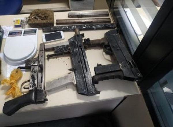 Feira: Três submetralhadoras são encontradas após dupla abandonar mochilas em fuga