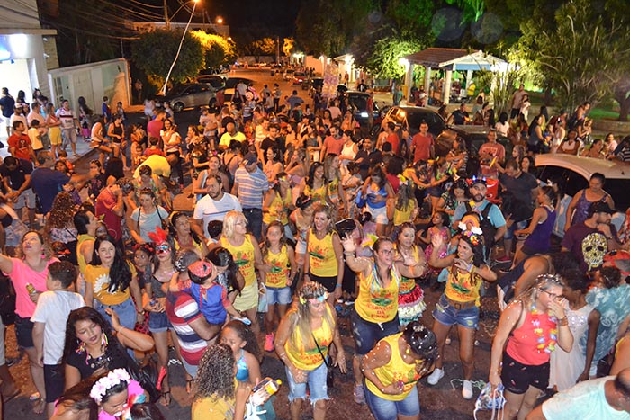 Para celebrar o carnaval, bloquinho da ENSF saiu às ruas com grande público em Brumado