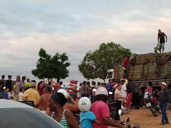Para evitar perda da carga, caminhoneiro distribui carga de bananas no Bairro Malhada Branca em Brumado