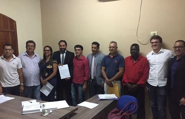Prefeito de Rio do Antônio recepciona vereadores para assinatura de documento para aquisição de ambulância