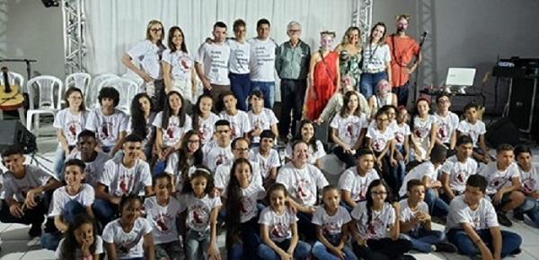Brumado: Parceria entre a Prefeitura e RHI Magnesita proporciona a alunos da rede municipal espetáculo do renomado grupo musical Ungambikkula