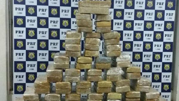 Homem é preso com 100 kg de crack em fundo falso de carro em Vitória da Conquista