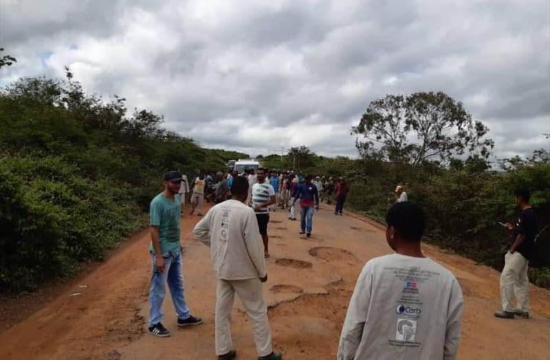 Moradores de Piatâ se revoltam e bloqueiam Ba-148, devido a precariedade da rodovia