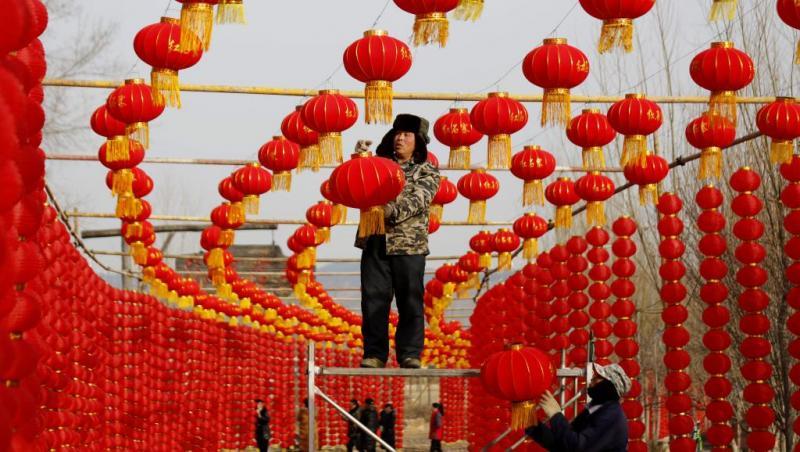 Sem fogos de artifícios, chineses celebram o ano do cachorro
