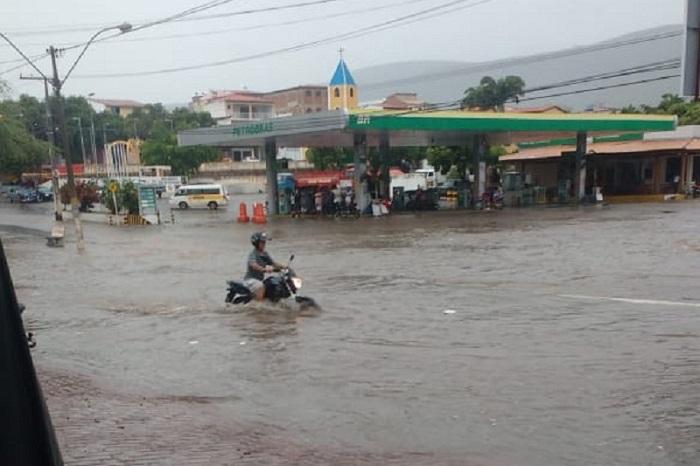 Brumado: Chuva provoca alagamentos em vários pontos da cidade, precipitação chega a 20mm