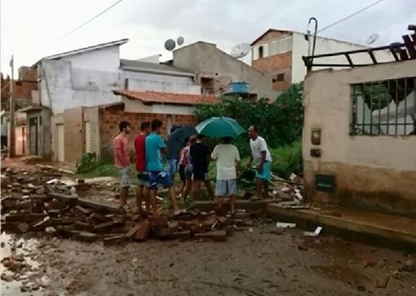Chuva derruba muro e destelha casa em Livramento