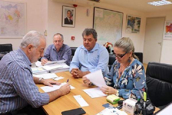 Deca e Ivana Bastos solicitam obras de iluminação e pavimentação asfáltica para Rio do Antônio