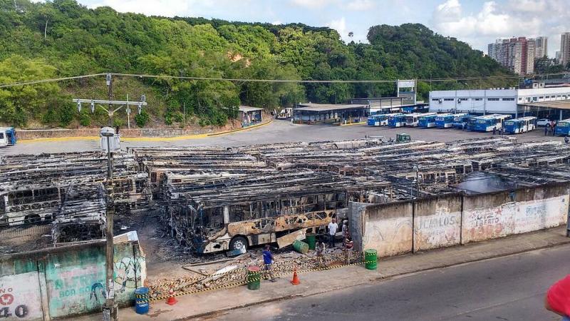 Incêndio em Salvador destrói quase 60 ônibus públicos em garagem