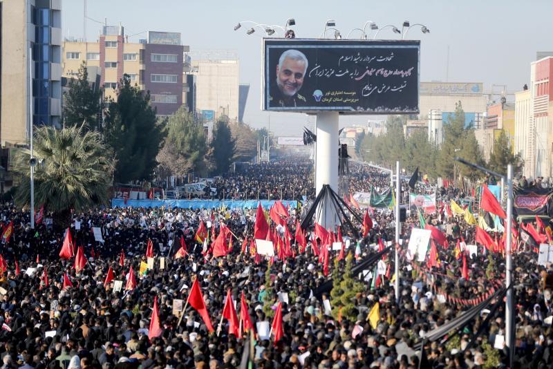 Funeral de general iraniano reúne milhares em sua cidade natal; tumulto deixa mortos