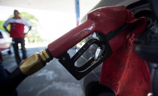 Petrobras reduz em 0,45% o preço da gasolina na refinaria