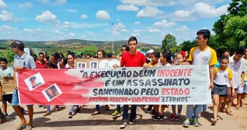 Nas ruas de Conquista, jovens cobram justiça e protestam pela morte de vítimas de Caraíbas