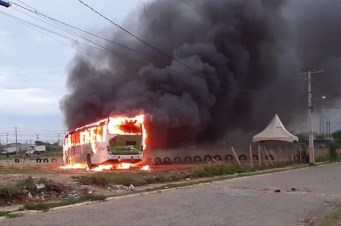Cerca de 15 homens incendeiam ônibus em Vitória da Conquista