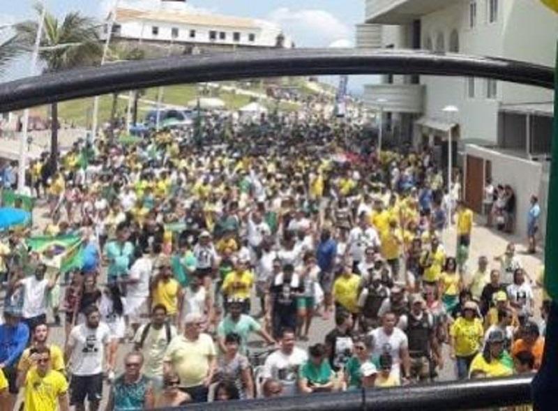 Caminhada em solidariedade a Jair Bolsonaro reúne multidão no Farol da Barra