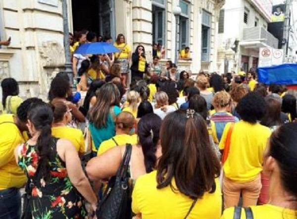 Feira: Professores da rede municipal param por 24h e cobram pagamento de dívida