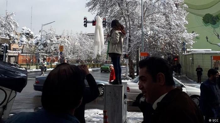 Irã prende 29 mulheres por protesto contra véu islâmico