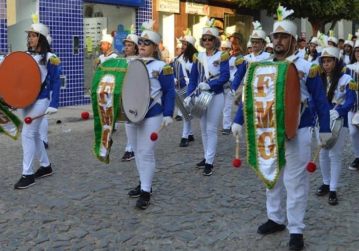 Cortejo cívico é realizado antes da abertura do Campeonato de Futebol Society de Guajeru