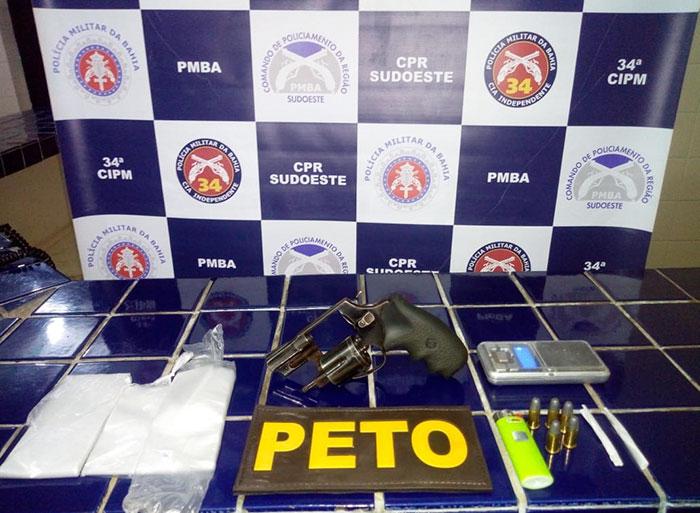 Arma e outros materiais ilícitos são apreendidos pela polícia em Brumado, uma pessoa foi presa