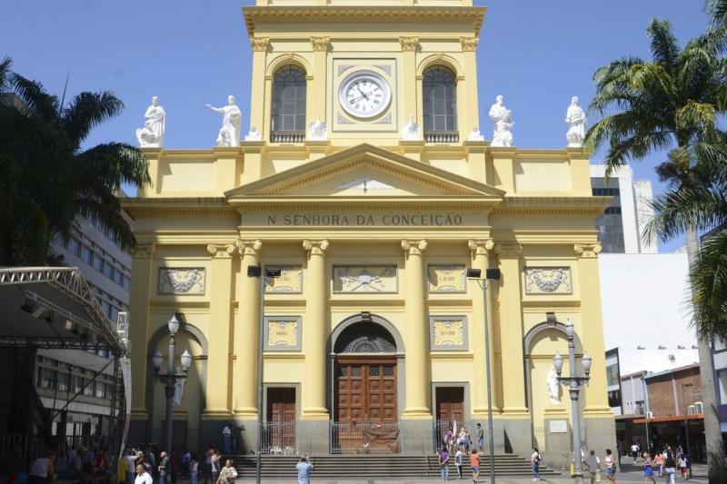Catedral de Campinas recebe flores em homenagem a vítimas de atirador