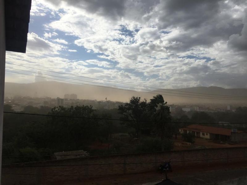 Passagem de ventos fortes causam estragos e muita sujeira em Brumado; veja a previsão do tempo