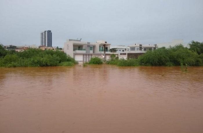 Guanambi: após forte chuva, Riacho Belém transborda deixando moradores ilhados