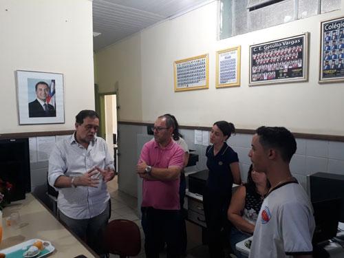 Secretário de Educação visita Colégio Getúlio Vargas em Brumado e dialoga com servidores e alunos