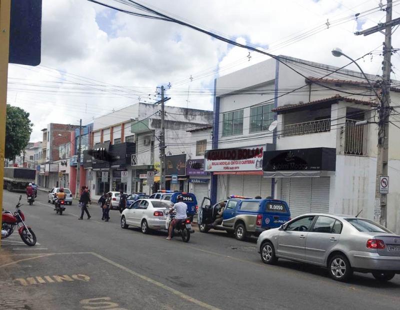 Polícia Militar e equipe de vigilância entram em ação após comerciantes descumprirem decreto em Brumado